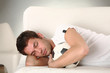 junger mann schläft mit seinem fussball sieger