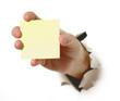 Hand mit Notizzettel