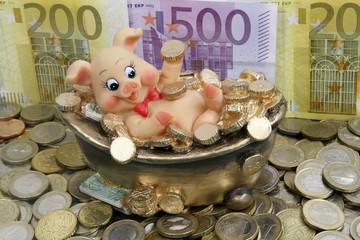 Glücksschwein badet in Geld