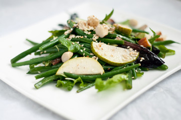 Kidney salad with pear slices