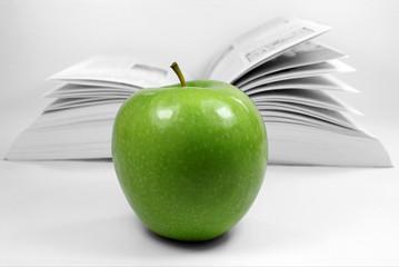 Apfel vor Buch