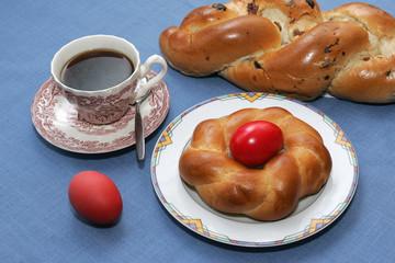 Osternest mit Osterstriezel und Kaffee