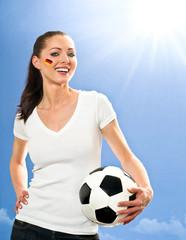 Weiblicher Fußballfan mit Fußball