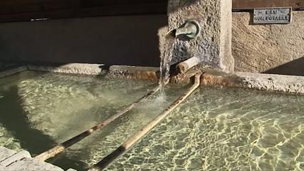 Fontaine typique en suisse au ralenti