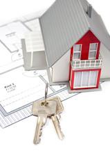 Hausmodell mit Grundriss und Schlüssel
