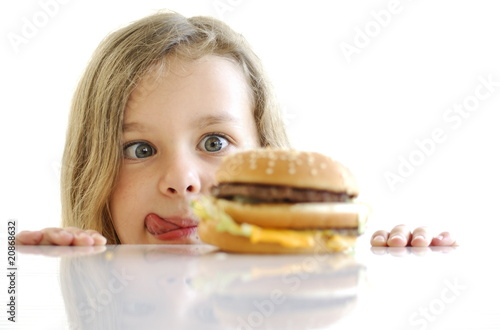 Fillette devant un hamburger. - 20868632
