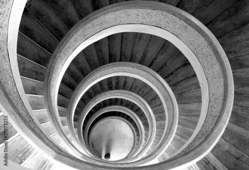 spiralne-schody-w-kolorze-bialym-i-czarnym