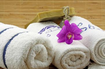orchidée serviette blanche savon artisanal fond bambou