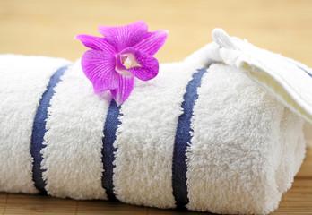 orchidée exotique serviette blanche fond bambou