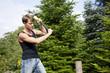 Mann beim Holzhacken im Garten
