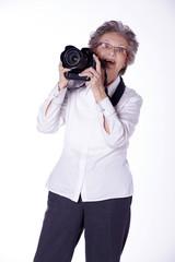 Oma als Fotografin, ältere Frau stellt sich vor