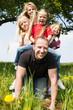 Familie reitet auf Papa