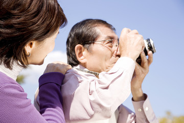 写真を撮っている夫と覗き込む妻