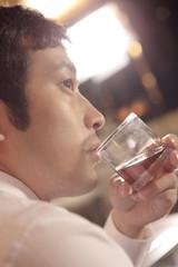 ウイスキーを飲む男性