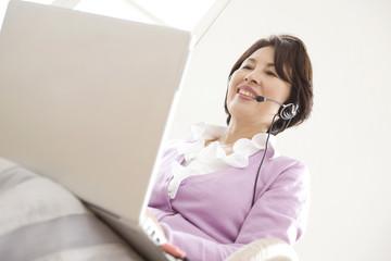 インターネットをしている女性