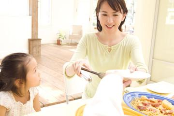 食事を取り分ける母親