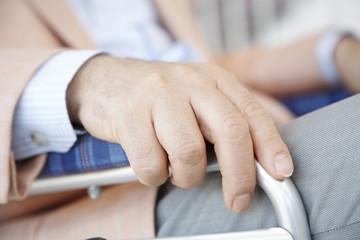 車椅子を握る手