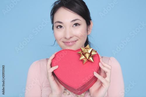 ハート形のプレゼントを持った女性