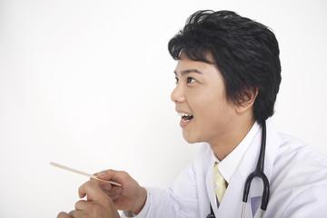 診察をする男性医師