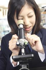 顕微鏡を覗く女子高校生