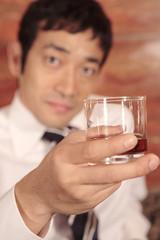 ロックグラスを手にする男性