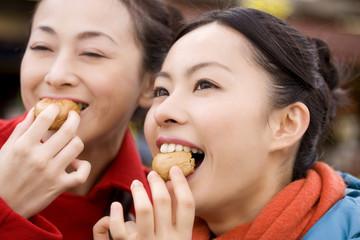 まんじゅうを食べている女性達