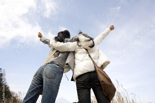背伸びをしている女性達