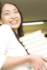 本を抱える学生
