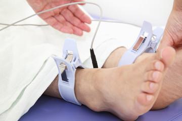 患者の心電図をとる医者の手元