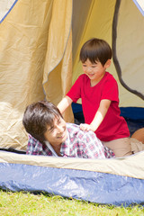 テントの中で父親と遊ぶ男の子