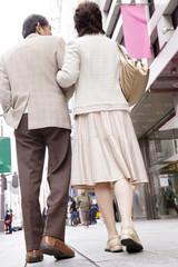 街中を歩いている夫婦の後姿