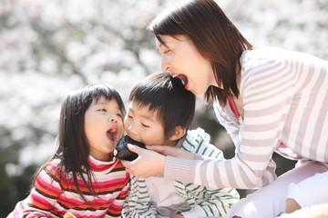 子供におにぎりを食べさせる母親