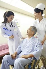 談話をする女医と患者