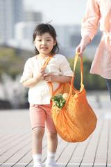 母親と一緒にエコバッグを持つ女の子