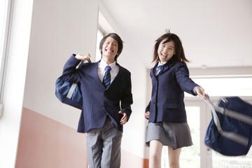 廊下を歩く高校生