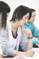 ノートをとる学生