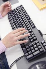 パソコンで勉強する学生の手