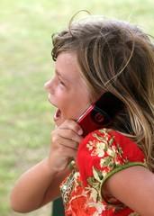 petite fille joyeuse au telephone