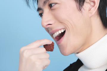 チョコを食べようとする男性の口元