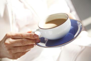 紅茶を持つ手