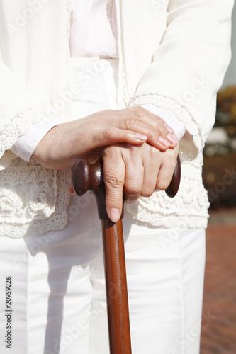 杖を握る手