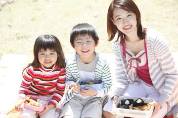 公園で弁当を広げる母子