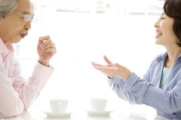 談笑している夫婦