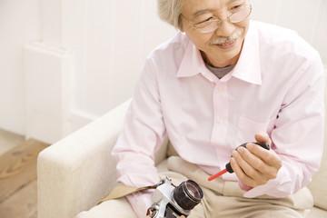 カメラのメンテナンスをしている男性