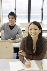 教室で勉強する大学生