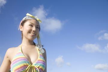 ゴーグルをつけた水着姿の女性