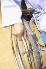 車椅子をこぐ手