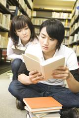 読書に熱中する学生