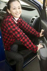 車のドアを開けている女性