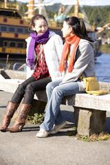 ベンチに座って話をしている女性達